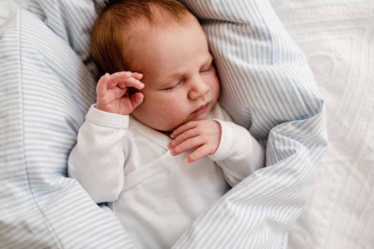Neugeborenes schläft bei Newbornshooting in Celle