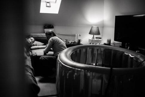 Hebamme bei Untersuchung nach Hausgeburt . Festgehalten während der Geburtsfotografie in Ilsenburg
