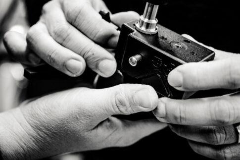 Hände bei der Arbeit in schwarz weiß