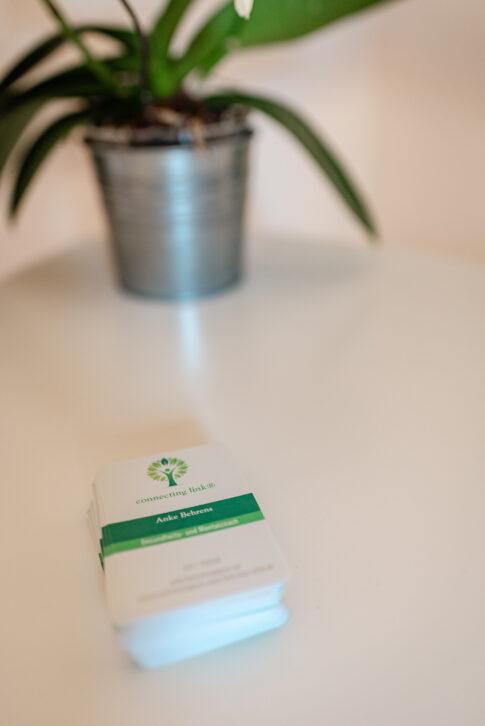 Auf einem kleinen Tisch liegen die Visitenkarten von Anke Behrens aus Celle.