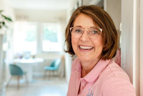 Ein Portraitfoto von Anke Behrens aus Celle. Sie lächelt freudestrahlend in die Kamera.