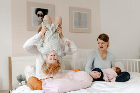 Tobebild auf dem Bett beim Familienshooting von Lisa von Rekowski Fotografie in Hannover