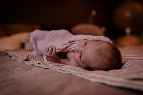 Neugeborenes liegt in Tücher gewickelt