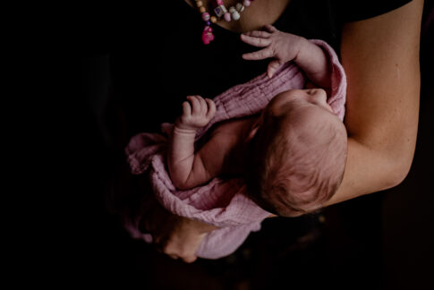 Neugeborenes auf Arm Newbornshooting