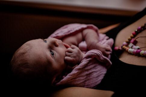 Neugeborenes blickt wach Wochenbettshooting in Kragen Wiebke Niemann Doula