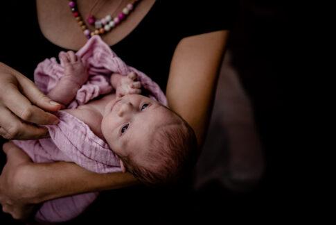 Waches Neugeborenes beim Wochenbettshooting in Geburtsräumen von Wiebke Niemann Doula