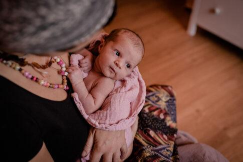 Waches Baby auf arm der Mutter beim Wochenbettshooting Geburtsräume Kragen Celle Wiebke Niemann Doula