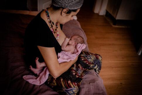 Mutter still ihr Neugeborenes Wochenbettshooting Geburtsräume Wiebke Niemann Doula