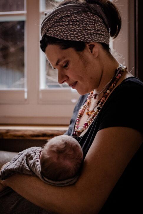 Baby auf Arm der Mutter Wochenbettshooting Lisa von Rekowski Fotografie Geburtsräume von Wiebke Niemann Doula