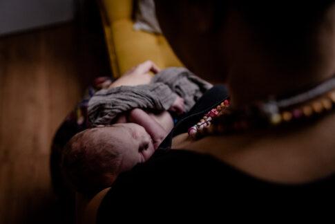 Baby auf Arm der Mutter beim Wochenbettshooting in Geburtsräumen von Wiebke Niemann Doula in Kragen Celle von Lisa von Rekowski Fotografie