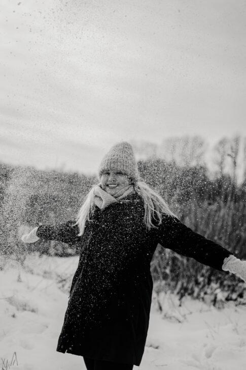 Fotoshooting im Schnee Portraits in Schwarzweiß Fotos von Lisa von Rekowski Fotografie an den Dammaschwiesen in Celle