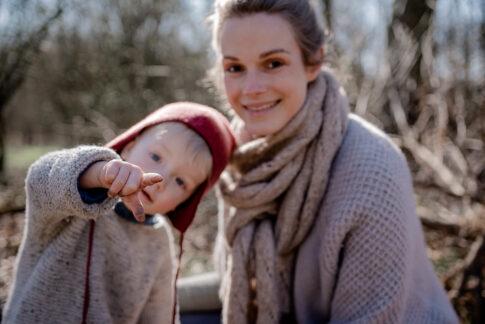 Mutter und Kind , Kind zeigt in Kamera