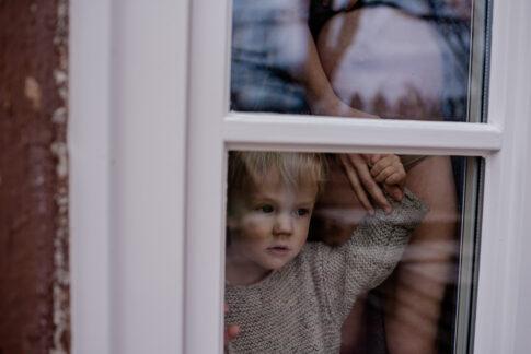 Mutter und Kind an Fenster