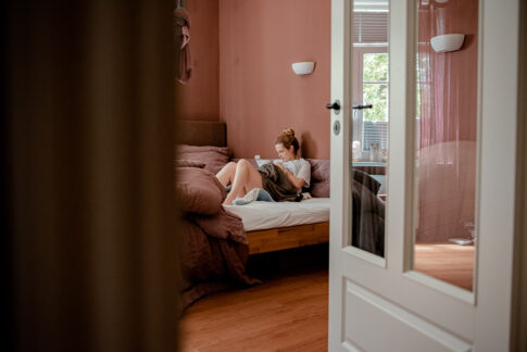 Blick hinter die Kulissen, Mama stillt ihr Neugeborenes nach der Geburt im Bett