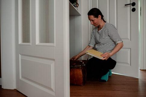 Hebamme Ann Loos bereitet Geburtsdokumentation vor