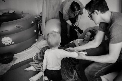 Alle kümmern sich um Mutter nachdem sie aus dem Geburtspool gestiegen ist