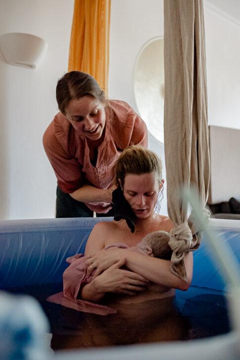 Doula Wiebke Niemann kümmert sich um frischgebackene Mutter im Geburtspool