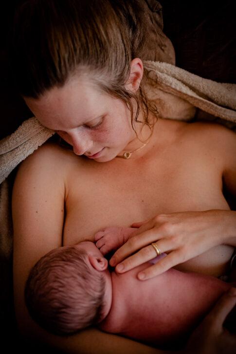 Mutter stillt das erste Mal ihr Baby
