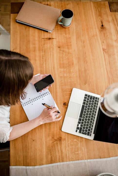 Frau von oben sitzt am PC und plant am Kalender. Businessfotografie Celle Lisa von Rekowski