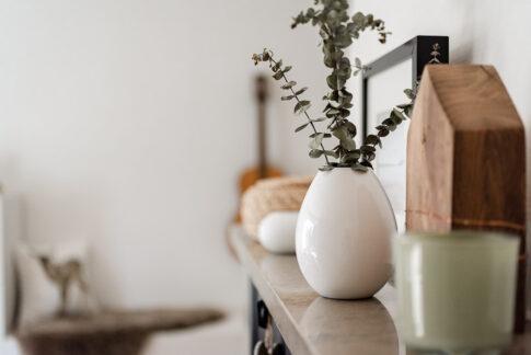 nordisch dekorierte Vasen