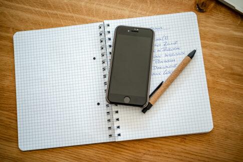 Handy, Stift auf Notizen bei einem Businessshooting in Celle