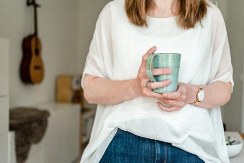 Frau mit Kaffeebecher in der Hand bei Businessshooting in Celle
