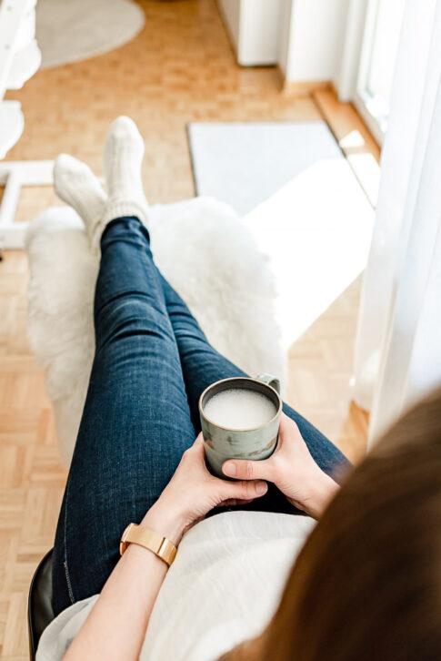 Frau mit Kaffee in einem Businessporträt in Celle