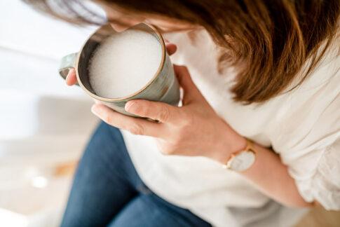 Frau nippt an Kaffee bei einem Businessshooting in Celle