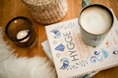 Flatlay Hygge Kaffeebecher und Buch bei Businessshooting in Celle