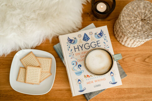 Hygge Flatlay Buch und Kerze mit Keksen bei Businessshooting in Celle