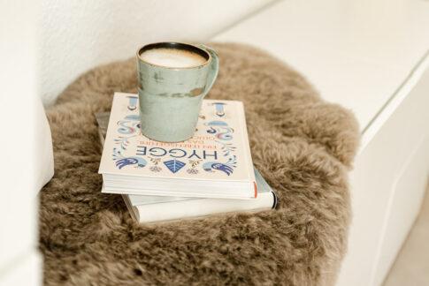Tasse auf Hyggebuch und Schaffell