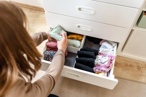 Ordnungscoach sortiert Wäsche in Schublafe bei Businessshooting in Celle