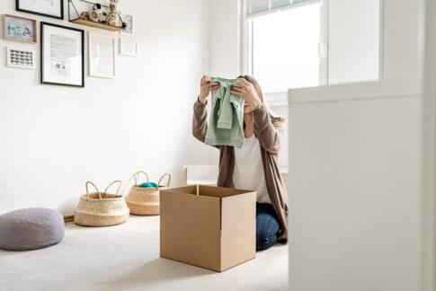 Frau verpackt Wäsche in Karton bei Businessshooting in Celle