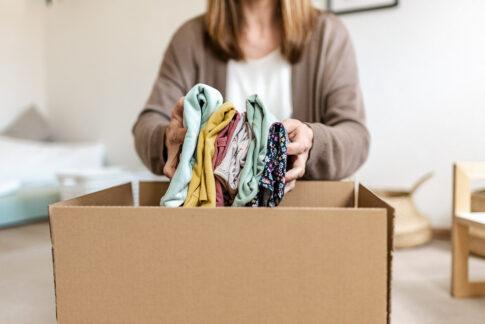 Frau legt Wäsche in Umzugskarton bei Businessshooting in Celle von Lisa von Rekowski Fotografie