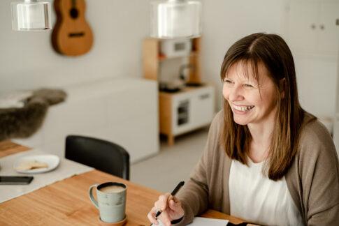 Frau lächelt im Businessgespräch bei Fotoshooting in Celle