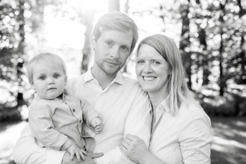 Familie in schwarz weiß bei Familienaufnahmen in Celle