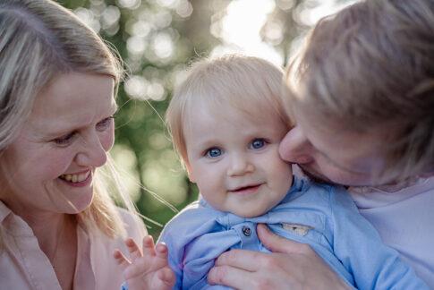 Vater küsst Kleinkind auf Wange bei Familienshooting in Celle