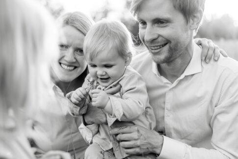 schwarzweißes Familienfoto aufgenommen an den Allerwiesen in Celle