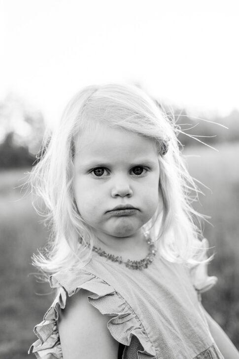 schwarzweiß Portrait kleines Mädchen bei Familienshooting an den Allerwiesen in Celle