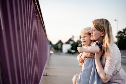 Mutter und Tochter vor Brückengeländer bei Familienshooting in Celle