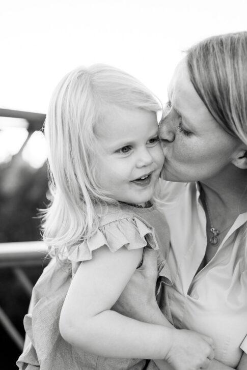 Mutter küsst Tochter auf die Wange bei Familienshooting in Celle