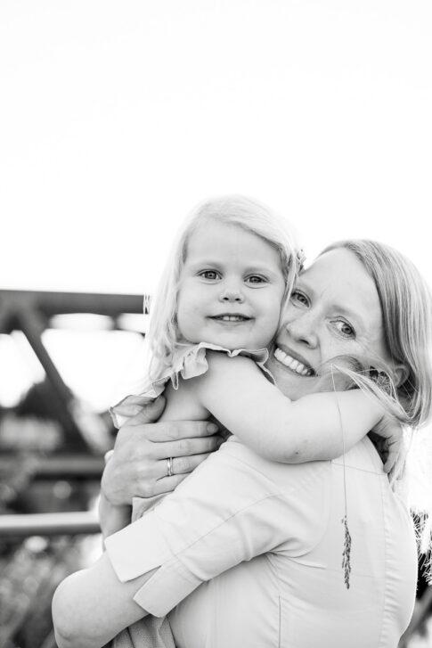 Mutter und Tochter Familienfotos in schwarzweiß in Celle
