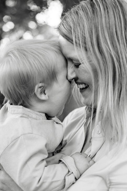 Mutter legt ihr Stirn an die Stirn ihres Kindes. Sie lächelt. Familienshooting in Celle