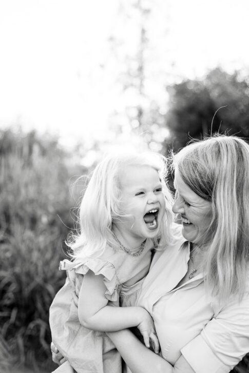 Mutter und Tochter albern rum . Familienfotografie in Celle