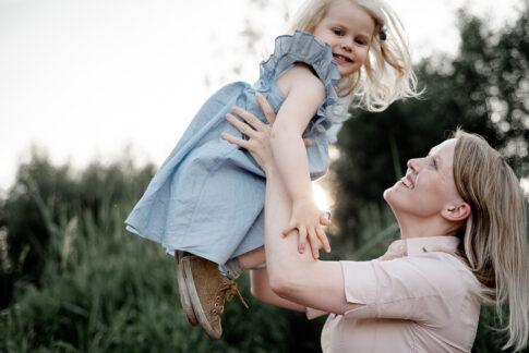 Mutter wirft Tochter in die Luft am Allerufer in Celle