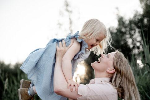 Mutter wirft Tochter in die Höhe bei Familienshooting in Celle an der Aller