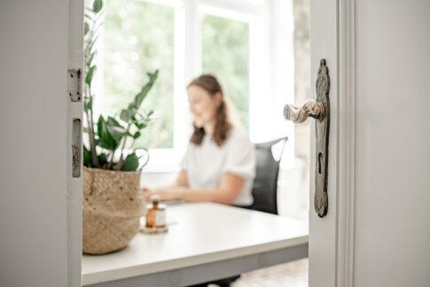Frau im Büro am Arbeiten im netzwerk coworking space Celle