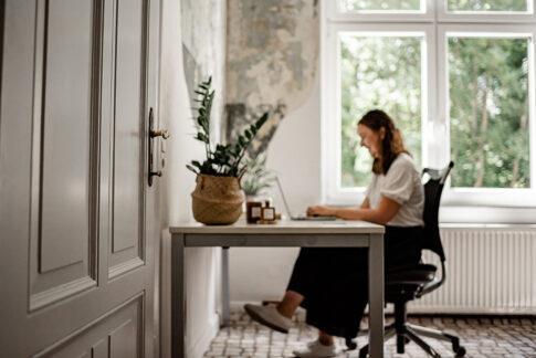 Frau am Schreibtisch Bilder für Businessportraits in Celle