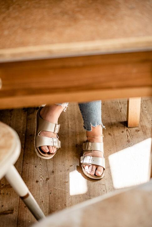 Füße unter Cafetisch bei einer Businessfotoreportage in Celle