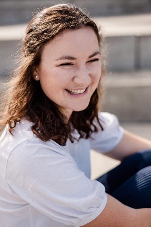 lächelnde Frau von Der Seite bei Businessshooting in Celle